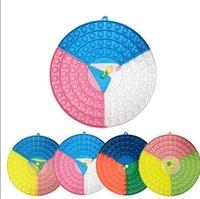 Festa surpreendente 26cm grande rodada fidegeta board de brinquedo com 2 dice preferência arco-íris silicone suave pressão relevância covinho jogos sensoriais