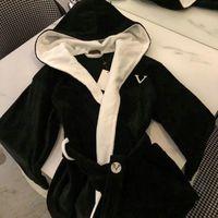 Letra de lujo Unisex Sleepwear Nightwear Moda Marca Menores Mujeres Robas de moda Toque suave Toca Velvet Patrón de Albornoz