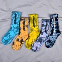 Novo Hip Hop Tie tingido Tubo médio High Top Street Street Letra de algodão homens e mulheres meias de basquete