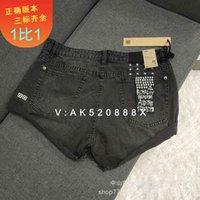 오른쪽 버전의 Ksubi Kasubi 다리 길이와 구멍, 오래된 웅크 리고 청바지 반바지, 뜨거운 바지, 여성 패션 브랜드가 얇은 것을 보여줍니다.