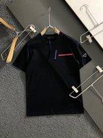 21SS Nuovo classico Casual T Shirt Uomo Tees Personalizzato Tessuti di seta Confortevole Sensazione Seta Triangolo Triangolo Decorazione in metallo ad alta densità Colore solido Lettere Summer Tops