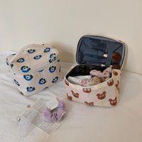 منقوشة الدب التجميل حقيبة سعة كبيرة ماكياج مربع للماء المحمولة أدوات الزينة الكورية نمط المرأة الجمال المكياج حقائب التخزين الحالات