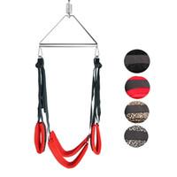 Hängen am Sling-Set-Swing-Kit mit Oberschenkelbündchen über den Türsicherungsgurten