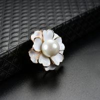 Black Bianco Smalto Spille Brooches Perle Flower Pins Business Suit Tops Badge per le donne Uomo Monili di moda gioielli e sabbioso