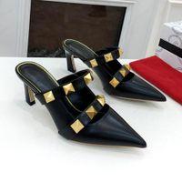Летний роскошный дизайнер женские высокие каблуки тапочки моды негабаритные золотые заклепки сексуальные дамы кожаные скольжения шлепанцы сандалии свадьба партия туфли мулов