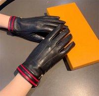 Guanti di pelle di pecora del tempo libero Guanti caldi dei guanti caldi più la lettera di metallo del progettista del velluto Muttente con scatola regalo