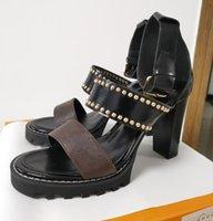Frauen Leder Sandalen Sternspur Designer Dame Knöchel Strap Bolzen Schnalle Brief Gedruckt Chunky Ferse Tritt Gummi Außensohle Sandale