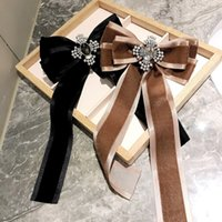 Pins classici stile universitario vintage per le donne lunghi velluto bowknot spille moda perla cristallo strass spilla