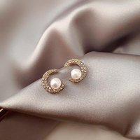 Ankomst Trendig Simulerad Pearl Crystal Crescent Moon Shaped Stud Örhängen för Kvinnor Söt Fashion Simple Smycken