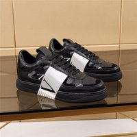 2021 المصممين الفاخرة أحذية رجالي أحذية منخفضة أعلى العجل أحذية رياضية المطاط وحيد الحرارة تنقش الأحذية السببية الرياضية في الهواء الطلق مع مربع العصابات وكيس الغبار
