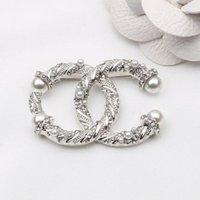 2 renk Avrupa ve Amerika Moda Kadınlar Broşlar Pins Inci Kristal Rhinestone C Harfler Tasarımcı Broş Takı Aksesuarları Bayanlar Parti Düğün Hediyesi Için