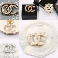 20 Renkler Ünlü Marka Tasarımcısı Çift Mektup Altın Gümüş Renkli Inci Broş Kadın Inci Rhinestone Broş Takım Elbise Pin Moda Takı Aksesuarları