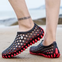 Unisa 2020 Sandálias de Verão Unisex Clogs Garden Shoes Luz Slip-on Jelly Shoes Chinelos Mulheres Homens Beach Water Shoe Shoe Soft Flats
