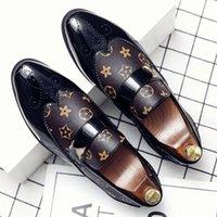 PU Couro Stitching Trend Homens Leofaux Sapatos Confortável Um Pé Fato Esculpido Terno Versátil Versátil Aponte Metal Fivela Decoração Casual Estilo Britânico DH021-1