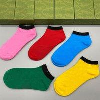 Son derece kaliteli erkek kadın tasarımcı çorap harflerle moda renkli çorap 5 çift kutusu dört sezon erkekler kadın rahat spor çorap