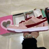 Dunk Strangelove SB Low Pro QS Mens Correndo Shoes Dia dos Namorados Unisex Juventude Sneakers Treinadores Brilhantes Ginásio Rosa Vermelho Med Soft Pink Flats