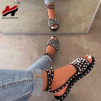 NAN JIU гора женская летняя обувь плоские сандалии открытый носок наружный пляж заклепки комфортно повседневный плюс размер 43 210608