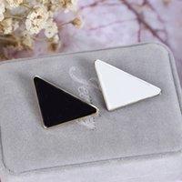 Nuovo Arrivo Donne Triangle Lettera Spilla Bianco Nero Metallo Metal Triangolo Triangolo Brooch Suit Vestito Ristolo Pin gioielli di moda Accessori