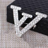 2021 Robe de mode coréenne Cristal High-End Letter Pins, Broches Accessoires Factory Wholesale Livraison rapide