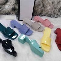 Verão Mulheres Impressão Sandálias Doces Cores Grosso Bottom Sapatos Plataforma Alfabeto Lady Patent Trainers Praia Férias Outdoor Chinelos Com Caixa