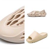 UV3QF Büyük Plaj Erkek Moda Sandalet Sandal Batı Kanye Kanye Üçlü Ayakkabı Tainers Çocuk Terlik Slayt Boyutu Kadın Terlik Karakter Tasarımcı Köpük