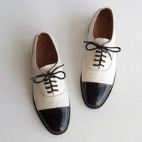 최고 품질의 여성 정품 가죽 옥스포드 신발 라운드 발가락 블랙 화이트 레이스 레이스 위로 브로우스 로퍼 캐주얼 신발 여성 가죽 신발 2020