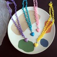 Encuentra un collar colgante del corazón de la cadena de color de caramelo acrílico para las mujeres con accesorios de joyería de moda