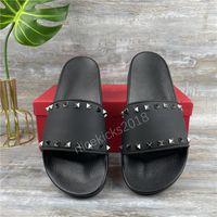 2021 Мода Женщины Тапочки Горный Хрусталь Черные Сандалии Дамы Свадьба Сексуальная Кожаная Тапочка Модные Заклепки Шепля Слайды Мужские Повседневная Плоские Шировые Обувь