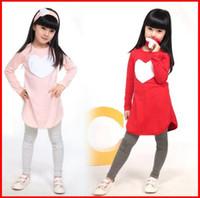 Heißer verkauf beste qualität mädchen 3 stück liebe set = 1 stück haarband + 1 stück shirt + 1 stück hosen kleidung kleidung set mädchen kleidung anzüge pink rot herz design
