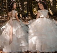 Ruffles a file Tulle Ball Gowns Ragazze Pageant Abiti Bow floor-lunghezza Flower Girl Dress in rilievo di pizzo Bateau Cap maniche abiti da sposa per bambini
