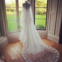 Nowa biała Ivory Satin Flower Beautiful 2 Tier Katedra Długość Custom Made Welony Bridal Cut Eleganckie Mecz Wiosna Jesień Welon Ślubny