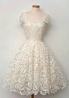 Petites robes blanches de plage robes de soirée de mariage vintage en guipure broderie dentelle Cap manches Scoop décolleté thé longueur robes de mariée courtes