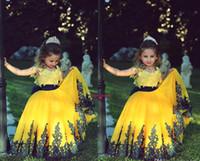 رخيصة 2021 لطيف الصفراء الأميرة الكرة ثوب زهرة الفتيات فساتين مع قبعة قصيرة الأكمام طاقم الرقبة الأسود الرباط يزين الفتيات فساتين مهرجان