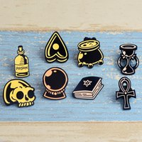 Miss Zoe Retro Retro Book Witch Craft Love Skull Cauldron Poison Sablier Cours magique Email Épingles Broche Badge Badge Badge Denim Bijoux 943 Q2