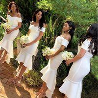 2021 Homme d'honneur de la sirène blanche Robes de demoiselle d'honneur à l'épaule High Low Short Court Africain Wedding Wedding Gowns Robes de Demoiselle d'Honneur