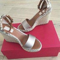 Роскошные дизайнерские туфли для женщин-гвоздики сандалии рок обувь зернистый теленокскин кожаный клин сандалии леди свадебное платье на высоком каблуке насосы двойной металлик