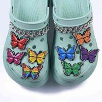 靴アクセサリー1個のPCS素敵な漫画カラフルな蝶のチャームCROC JIBZ装飾アクセサリークロージビーチ靴チャームバックルJ0619