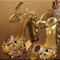 Sandali del tallone della pelle metallica dell'oro di lusso dei sandali del tallone muti gioiello con borchie tacchi quadrati scarpe ad alta piattaforma strass estate