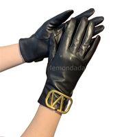 Womens Hollow Letters Handschuhe Hohe Qualität Schaffell Warme Mitte Mode Designer Winter Verdicken Handschuh Frauen Touchscreen Fäustler