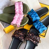 Diapositivas de diseño Sandalias de satén Sandalias para mujer Slippers Slippers Pink Brown Slip-On Slips Diseñadores Zapatilla de banda ancha con tapón de oro y cordón de calidad superior 316