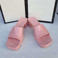 """2021 المصممين الفاخرة الصنادل النساء عالية الكعب المطاط الشريحة صندل منصة النعال مكتنزة 2.4 """"كعب الارتفاع الأحذية الصيف حذاء رياضة تنقش الوجه يتخبط مع مربع"""