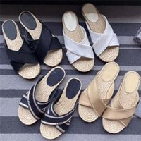 2021 Diseñadores Mujeres Paja Zapatillas de lona Bordado Cross Sandal Sandal Sandal Jute Suela Suelta Flip Flop Summer Beach Diapositivas Damas Sandalias de marca