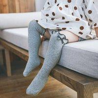 6 colores recién nacido bebé color sólido pequeño arco calcetines largos princesa niñas peinados algodón tejido de punto a longitud de la rodilla mantenga cálido niño pequeño alto calcetín