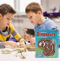 Três dinossauros de plástico escavam brinquedos de inteligência