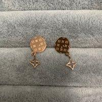 2021 Mai Fade Prezzo di fabbrica Prezzo Mini Flower Silver Letter Stud Orecchini Gioielli in oro rosa 316L Acciaio inossidabile per le donne Regalo di nozze