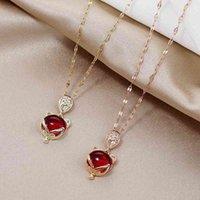 Malha de aço de titânio com pingente vermelho raposa clavícula cadeia de estilo curto garneta fresco moda colar para mulheres