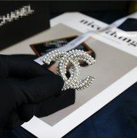 Dreireihige verdrehte Perle eingelegter Diamant beschrifteter Brosche Messing