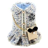 Hecho a mano Tweed Ropa de perros Ropa para mascotas Abrigo Parejas Vestido Vestido Vestido Outfit Snow Sky Blue Perlas Falda Cadena Bolsa Accesorios