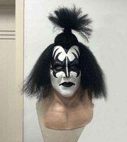 Die Blei-Sängerin der Band, küssen Sie Gene Simmons, die mit Masken-Kopfbedeckungen durchgeführt wurden, und spielte die Rolle von Requisiten und Charakteren im Crazy RockHalloween-Party Cosplay lustig
