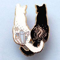 일본 캐주얼 스타일 만화 동물 브로치 블랙 화이트 커플 고양이 페인트 페인트 에나멜 핀 합금 브로치 여성을위한 재미 있은 데님 셔츠 배지 쥬얼리 선물 의류 액세서리